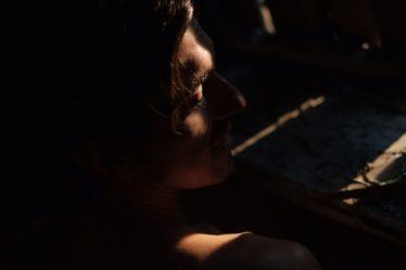 Освещенное во тьме лицо